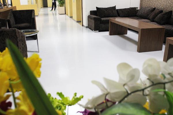 Toàn bộ mặt sàn dán nền  Vinyl - loại sàn kháng khuẩn thường dán trong phòng mổ và phòng thí nghiệm