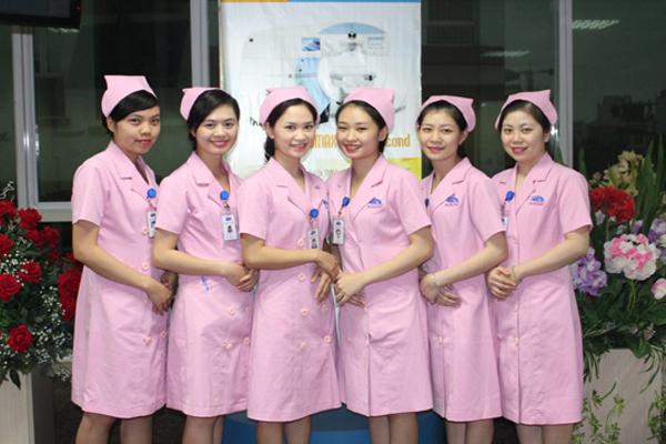 Đội ngũ điều dưỡng được đào tạo chuyên sâu về chuyên môn và kỹ năng ứng xử