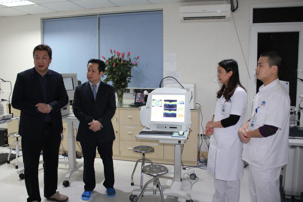 Giám đốc bệnh viện Mắt quốc tế DND – Bác sỹ Nguyễn Đăng Dũng giới thiệu với các lãnh đạo Thành phố các trang thiết bị y tế hiện đại để phục vụ cho công tác chẩn đoán, điều trị phẫu thuật tật khúc xạ.