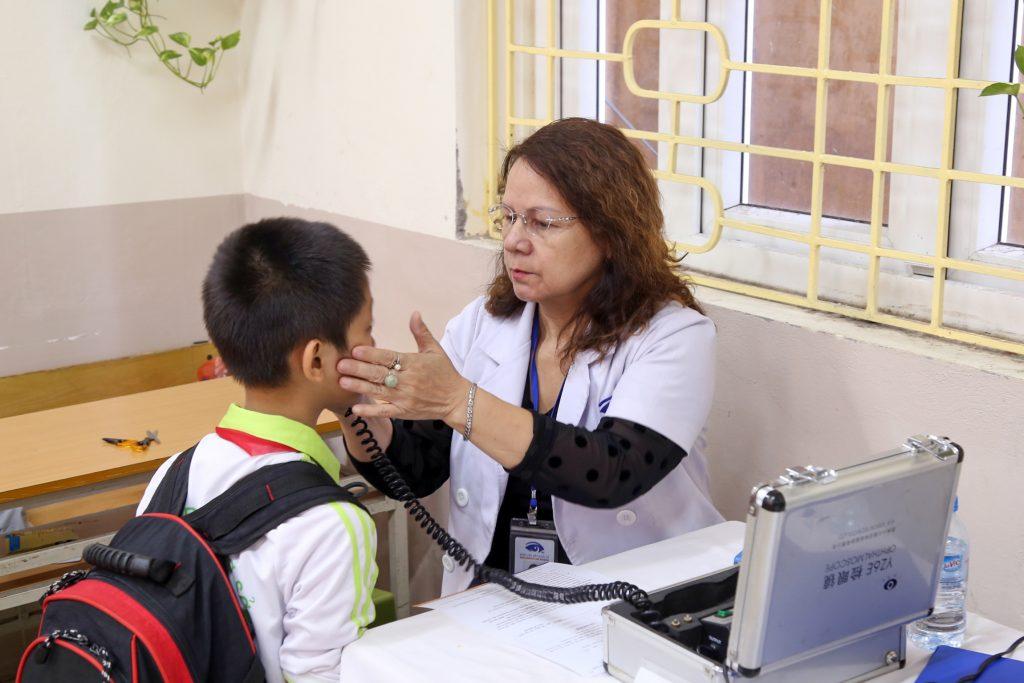 Bệnh viện Mắt Quốc tế DND khám mắt cho các em học sinh.